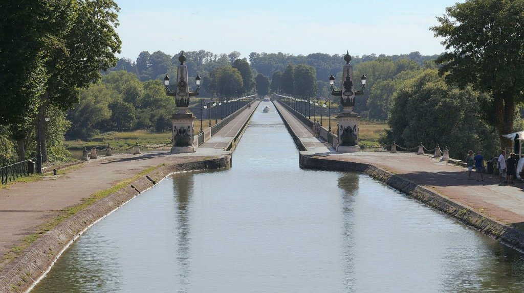 Briare Aqueduct with narrowboats travelling along it