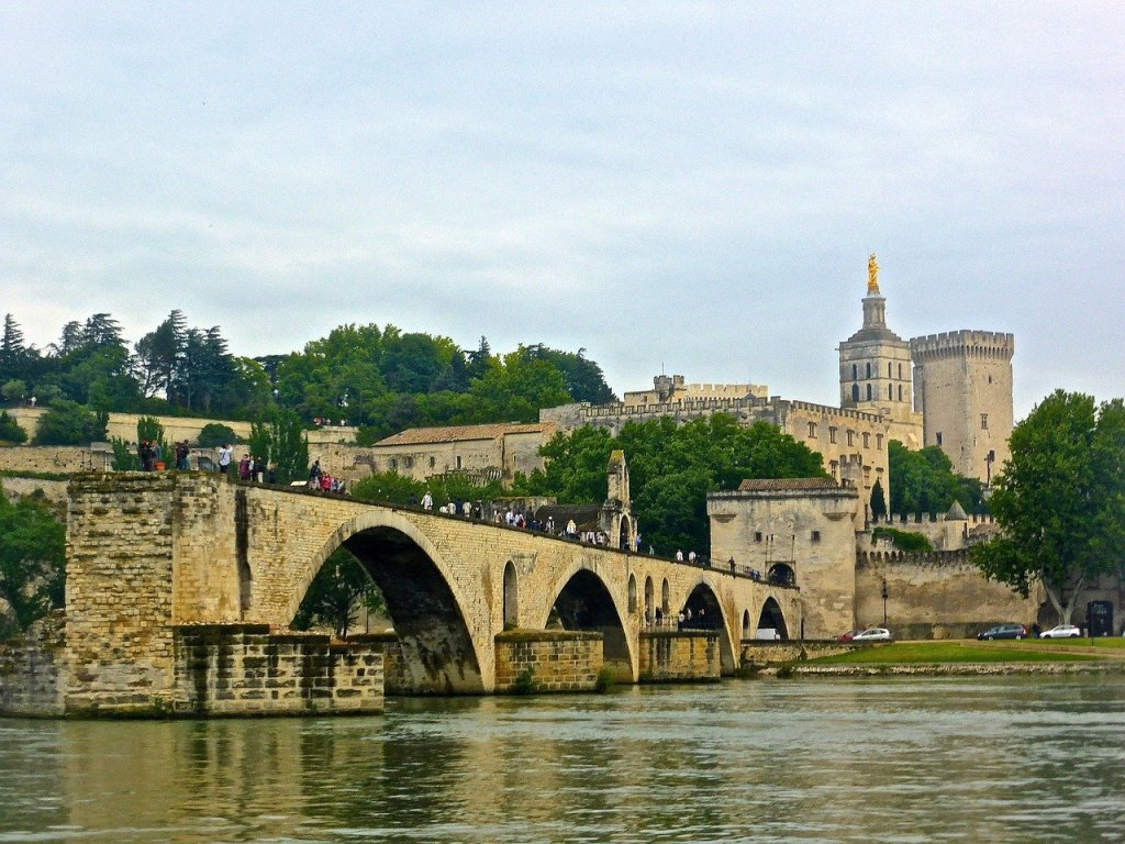 Pont d'Avignon with visitors on it